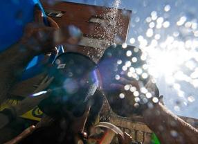 Vallecas dedica su 'batalla naval' a protestar contra la troika