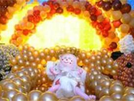 Azca acoge el belén de globos más grande del mundo
