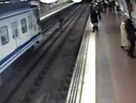 Muere el hombre rescatado de las vías del metro