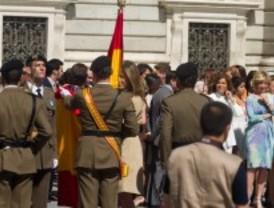 Aguirre y Botella juran bandera junto al personal civil en la Plaza de Oriente