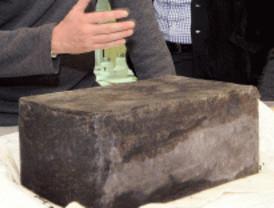 Extraen una 'cápsula del tiempo' enterrada bajo la estatua de Cervantes