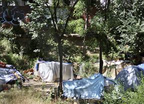 Unas treinta personas viven en chabolas en la plaza de Cristo Rey