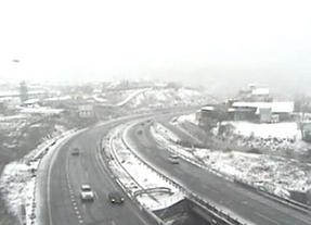 Cortado el tráfico en la A-1 norte para limpiar la nieve