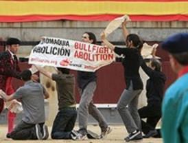 Medio millar de antitaurinos rodean Las Ventas