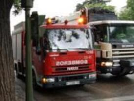 Cuatro intoxicados leves al incendiarse un piso en La Elipa