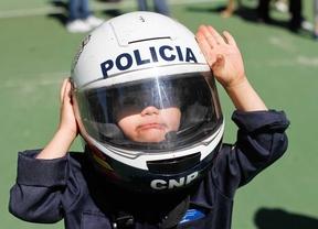 Un niño con síndrome de Down con un casco de Policía (archivo)