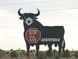 Greenpeace pone una mascarilla a un toro de Osborne
