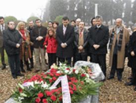El PSOE homenajea a Tierno Galván en el XXII aniversario de su muerte