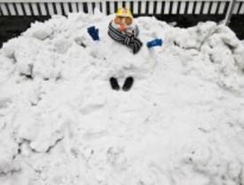 Los muñecos de nieve se instalan en la plaza de Felipe II