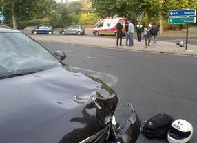 Herido muy grave al chocar su moto contra un coche en la calle Sepúlveda