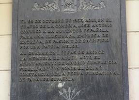Retirada de la fachada del teatro de la Comedia la placa de la fundación de Falange