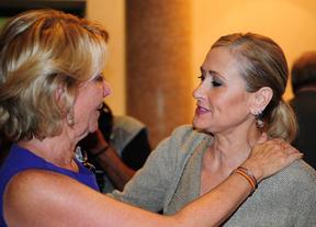Esperanza Aguirre y Cristina Cifuentes, se cogen del cuello.