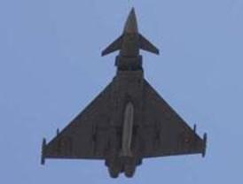El mal tiempo obliga a reducir el desfile aéreo y suprimir la llegada de la bandera desde el aire