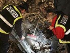 La Policía analiza los restos de un vehículo calcinado
