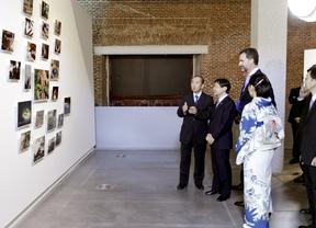 Naruhito visita los biombos japoneses en el Museo del Prado