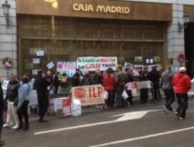 50 desahuciados acampan ante la sede de Bankia