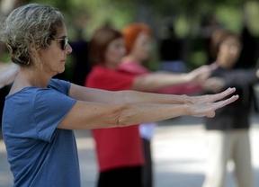 Decenas de personas practican taichi en el Retiro por los derechos de los pacientes de artritis