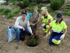 'Un niño, un árbol' reforestó con 82 ejemplares Torrejón de la Calzada