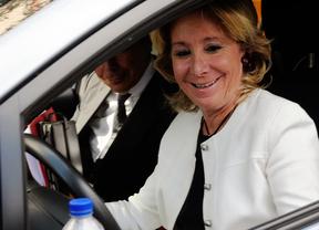 Esperanza Aguirre en su coche Toyota