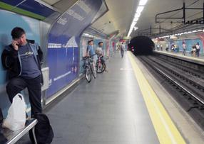 Viajeros de Metro bajan a las vías mientras se arreglaba una incidencia en el tren