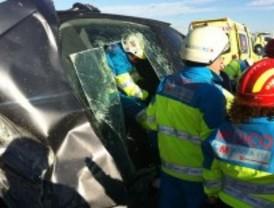 Herida una mujer y 4 niños tras chocar su coche contra un camión en la M-40