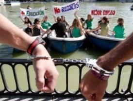 Docentes, padres y alumnos protestan contra los recortes en Educación con una cadena humana