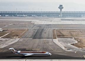 Pista del aeropuerto de Barajas con la torre de control al fondo.
