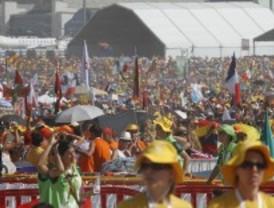 Miles de peregrinos llenan Cuatro Vientos pese al calor para pasar la Vigilia con el papa