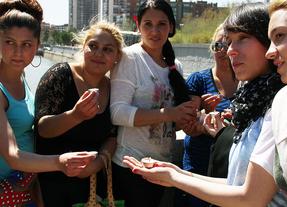 Velas y flores en el Manzanares contra el racismo a los gitanos