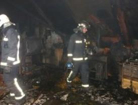 Arde un taller de pintura instalado en el desván de un chalé de Alcalá