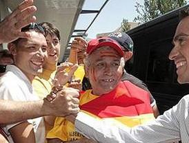 Contador, aclamado por sus vecinos de Pinto a su llegada al aeropuerto de Barajas