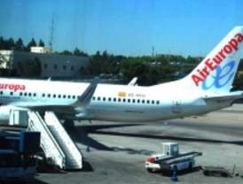 Dos vuelos suspendidos por alerta local en Barajas