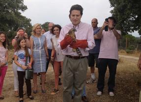 Borja Sarasola porta una de las aves liberadas
