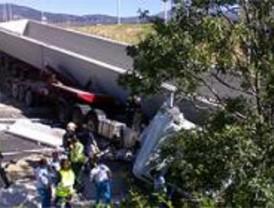 Un hombre cae con su camión por un puente y resulta ileso