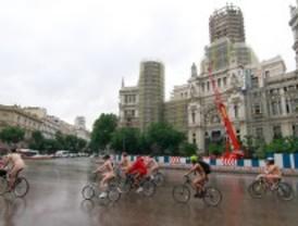 Un centenar de ciclistas participa en una marcha ciclo-nudista por el centro de Madrid