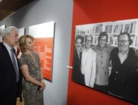 Una exposición recrea la vida y obra de Vargas Llosa