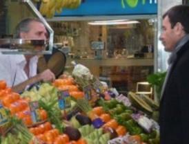 Gómez toma nota en un mercado de Coslada