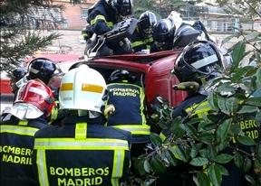 Los Bomberos trabajan en el rescate del conductor del camión