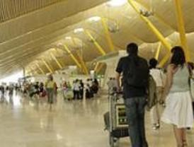 Los pasajeros de un avión en Barajas esperan 4 horas para desembarcar