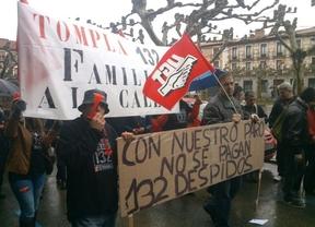 Los trabajadores de Tompla protestan por los 132 despidos en la Plaza Cervantes de Alcalá de Henares