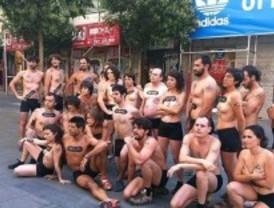Miembros de Greenpeace se desnudan para retar a Adidas y Nike a que eliminen los productos tóxicos