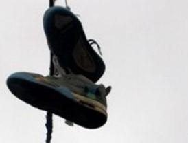 Las calles de Madrid se unen al 'Shoefiti' y lucen zapatillas en sus cables de luz