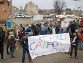 Un centenar de personas denuncian las condiciones de vida en la Cañada Real