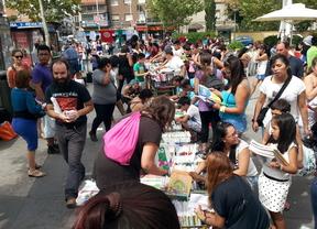 Los vecinos de Carabanchel celebran un intercambio de libros para hacer menos traumática la 'vuelta al cole'