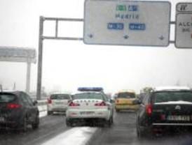 Cadenas en cuatro puertos y alerta en Barajas aunque suben las temperaturas