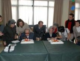 El alcalde de Pozuelode Alarcón visita a los vecinos centenarios
