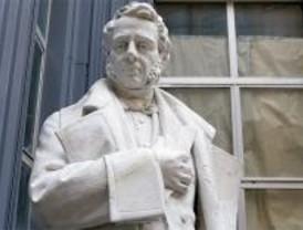 La estatua de Argüelles 'desaparecida', a la espera de su colocación