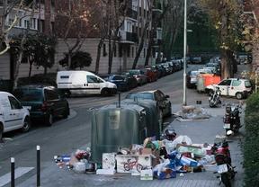 Preludio de la huelga en la recogida de vidrio, papel y envases que empezará en Madrid el día 3 de enero. En la imagen residuos sin recoger en la calle San Pompeyo cerca de Madrid Rio.