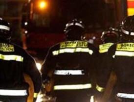 Los bomberos hallan un cuerpo carbonizado en un coche ardiendo en Navacerrada