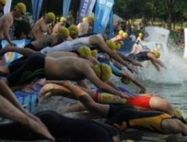 Más de mil deportistas no federados participan en el Triatlón, junto a Indurain